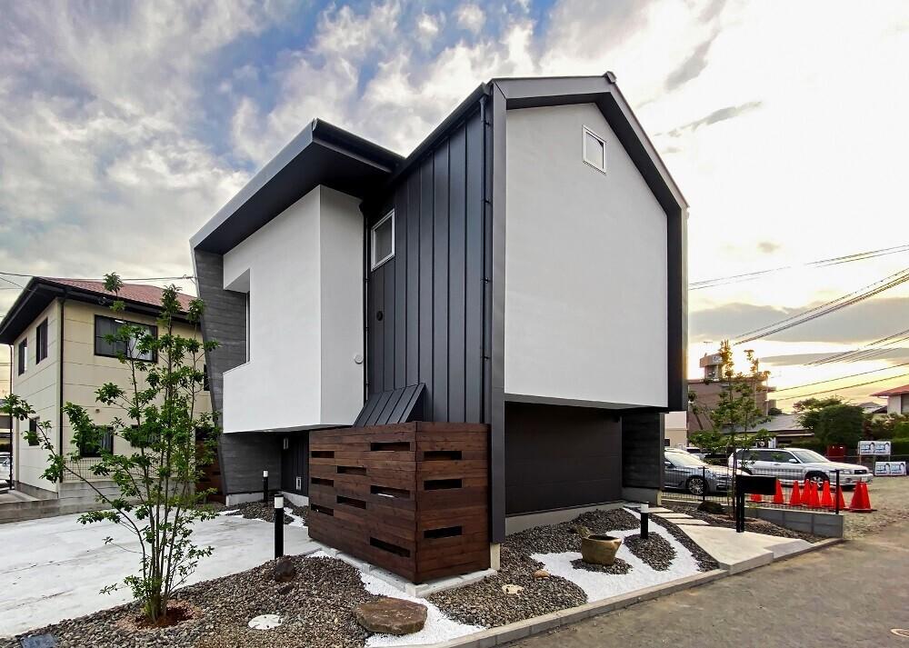 <北東側外観>傾斜壁の角度は、隣家からのプライベート確保、駐車場からの圧迫感解消、夏の日射遮蔽及び冬の日射取得から角度を決定しています。   シェアハウスのような家(スキップフロア)