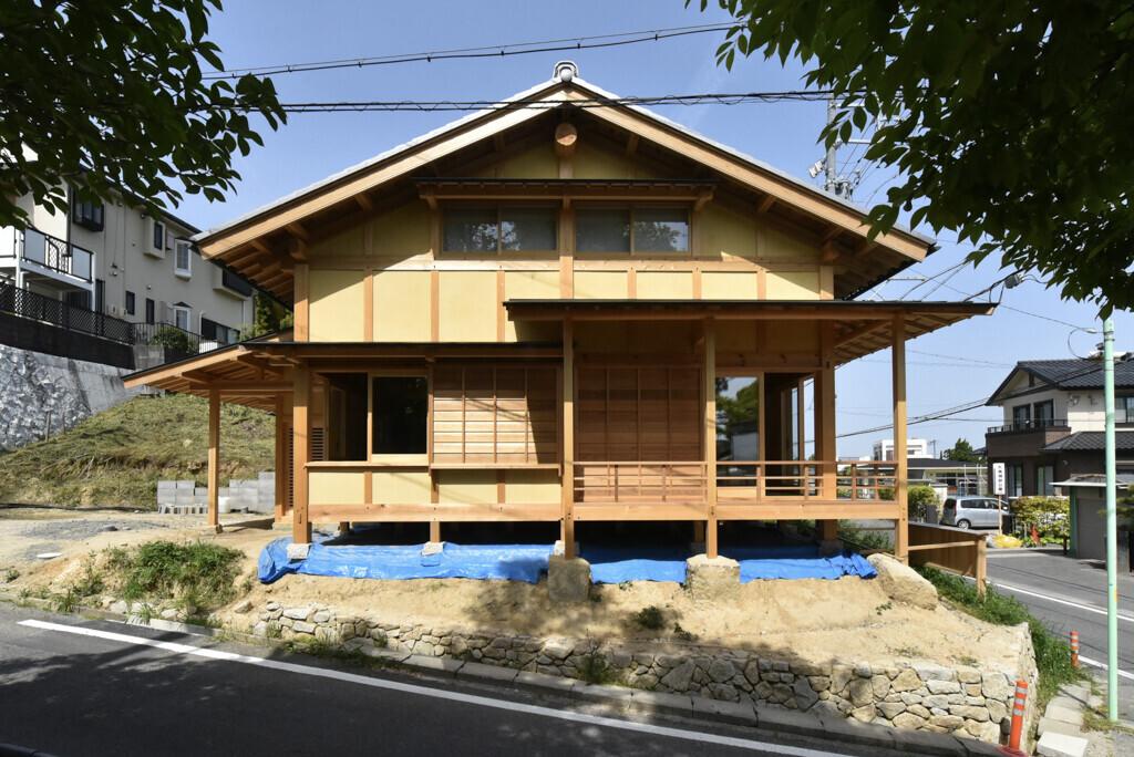 真壁の外観。木製建具と廻り縁。 | 名古屋の石場建て