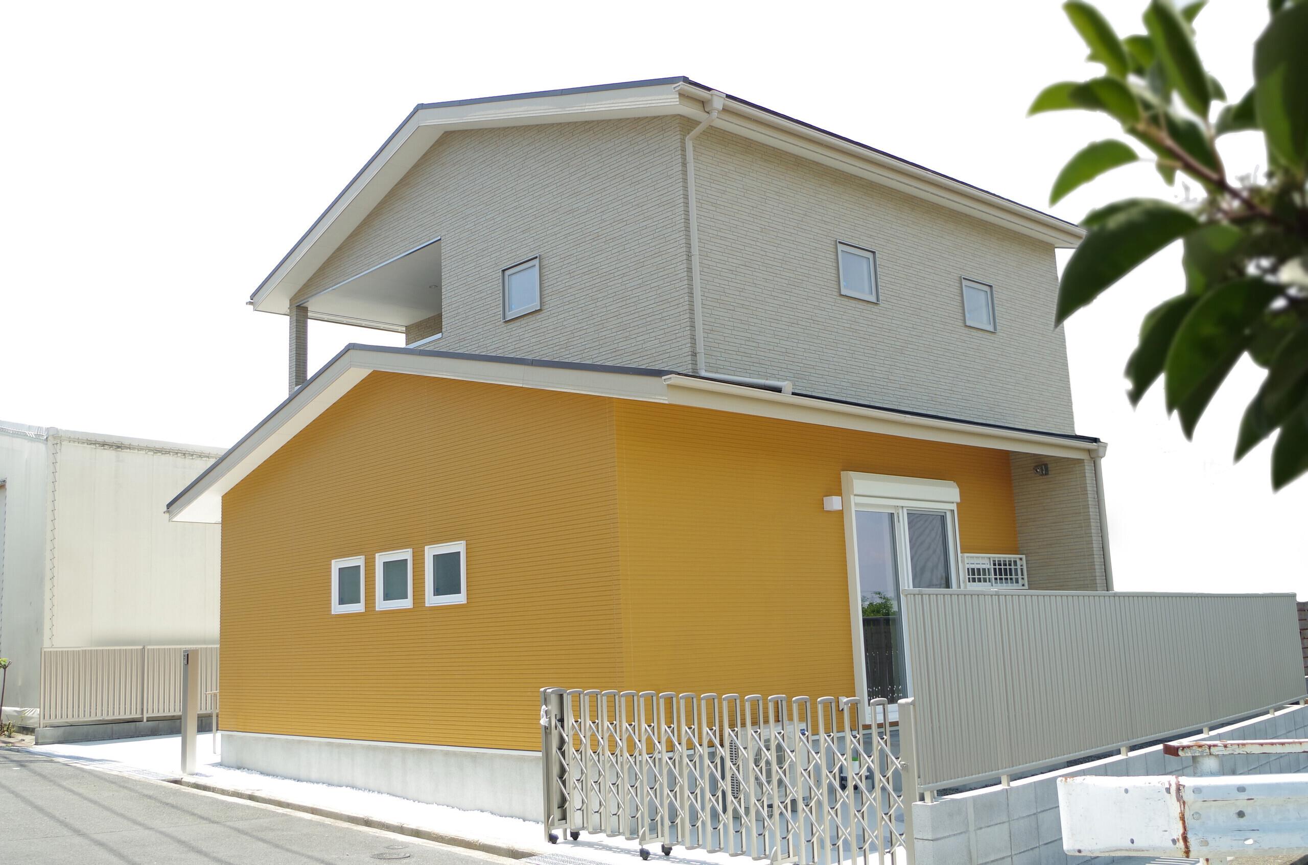 省エネ・バリアフリーに配慮したビタミンカラーの家の建築事例写真