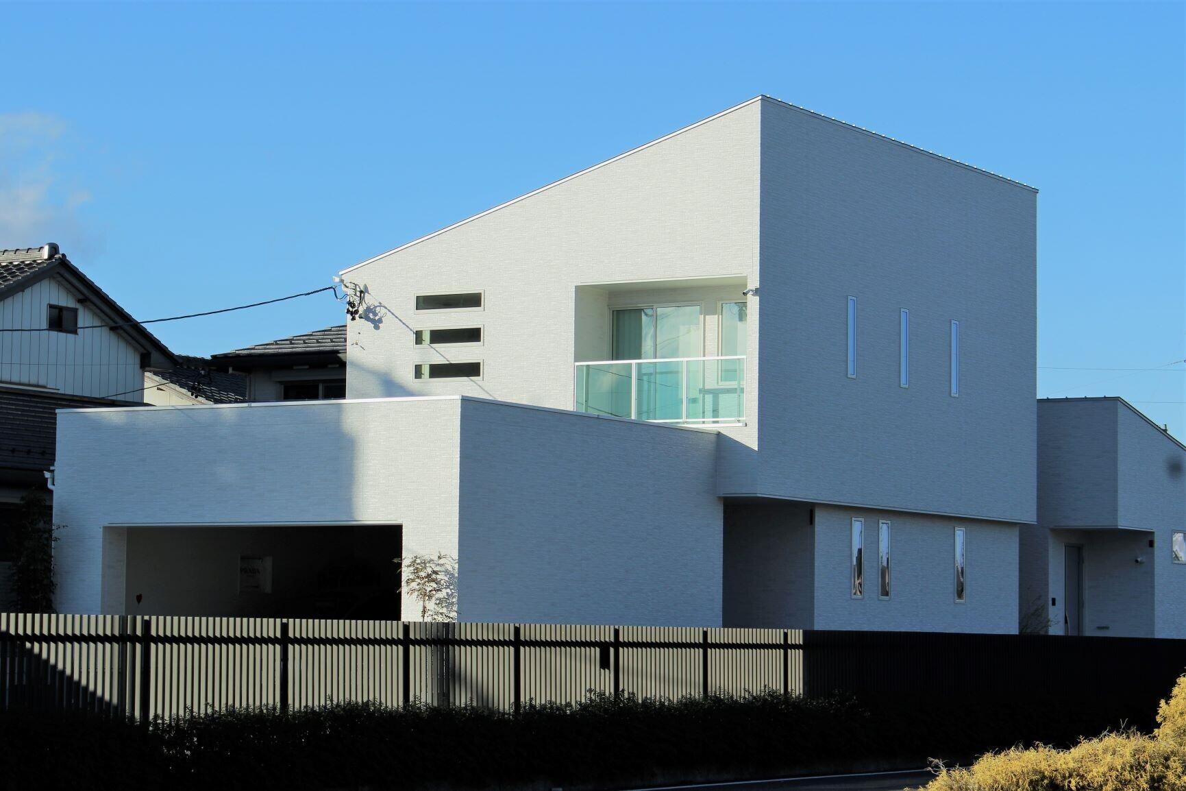 片流れの白い家の建築事例写真