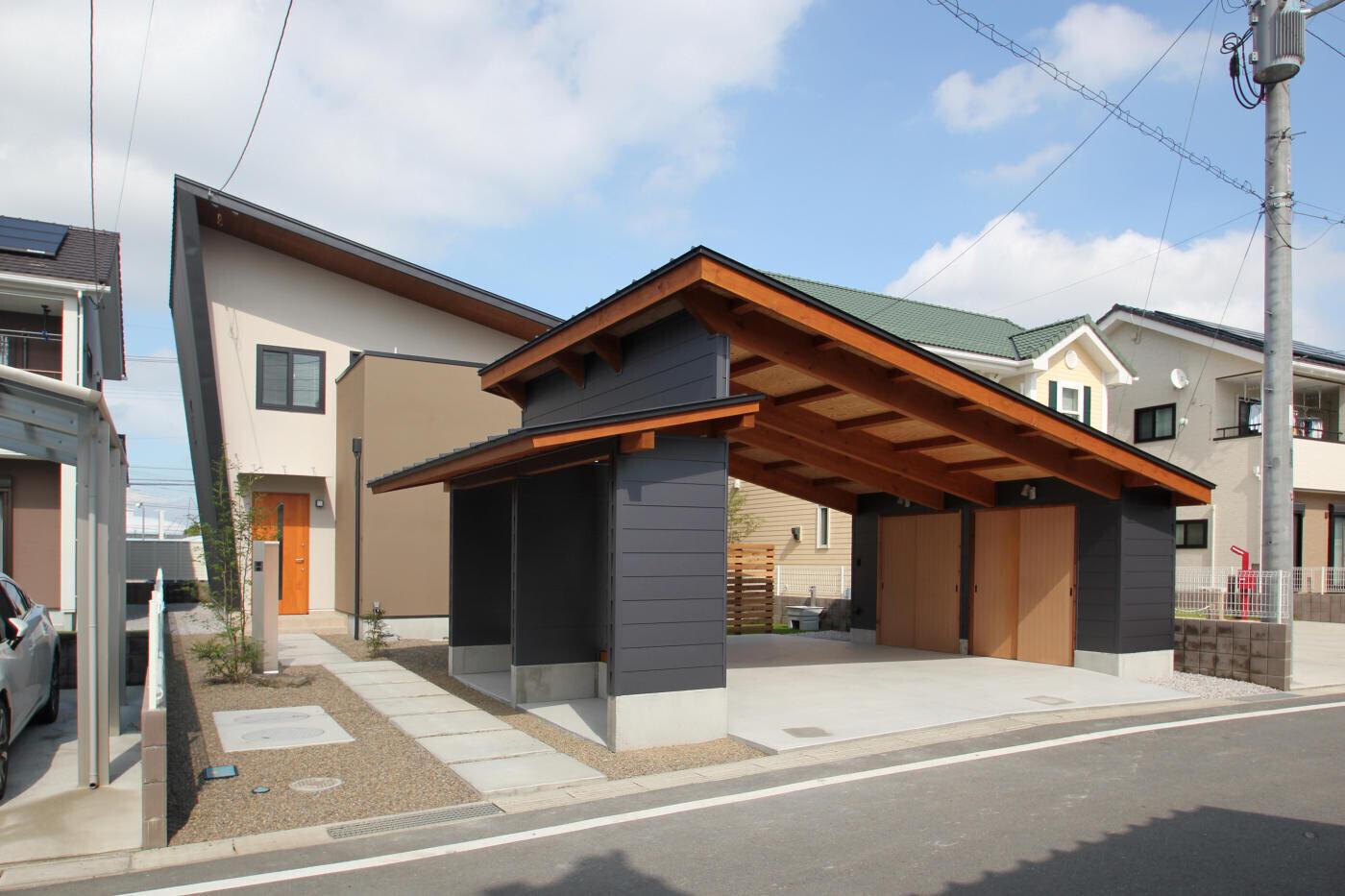 南北に細長い敷地に建つエッジの効いた外観の家の建築事例写真