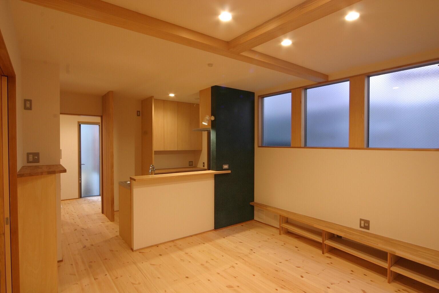 個室から繋がる、プライバシー確保したデッキバルコニーのある家の建築事例写真