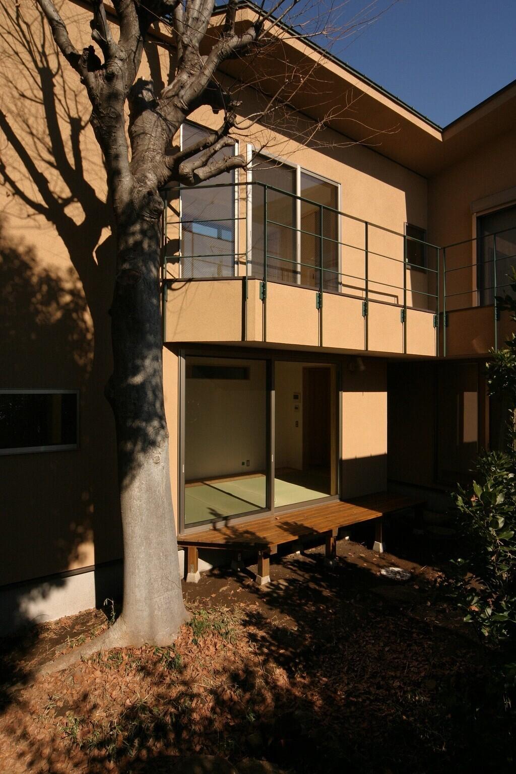 昔からあるケヤキと井戸を残した、L字の中庭型住宅の建築事例写真