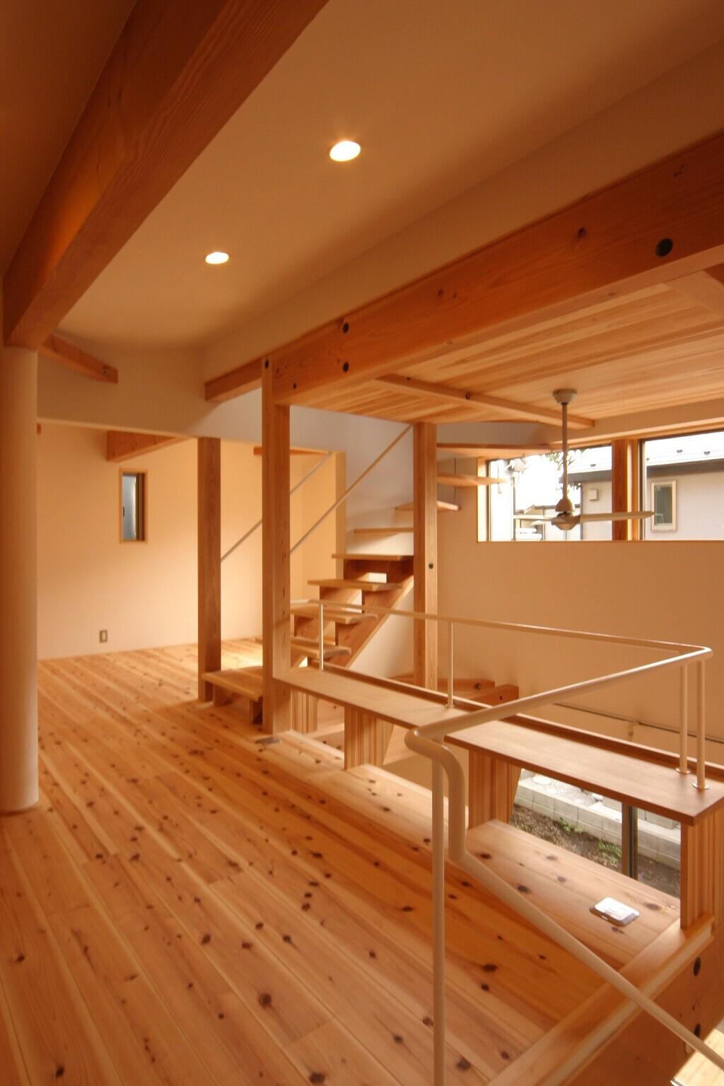 遊び心あふれる、大きな吹抜空間のある自然素材住宅の建築事例写真
