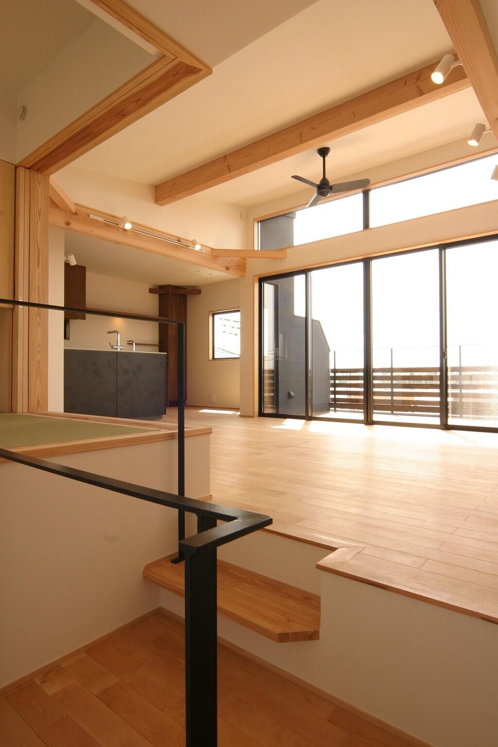 リビング、広いデッキバルコニーから富士山をのぞむ家の建築事例写真