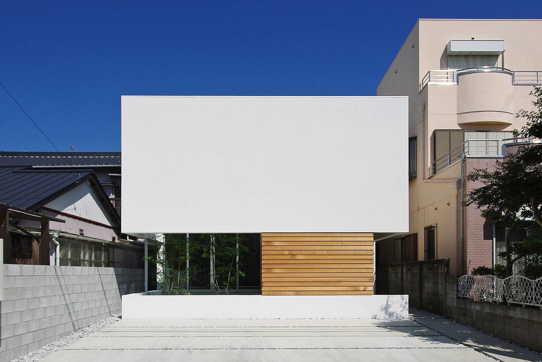 浮いているかのような外観が特徴の建物。仕上げはスタッコフレックスと、レッドシダーの下見板張り。 | 弥生の家-yayoi