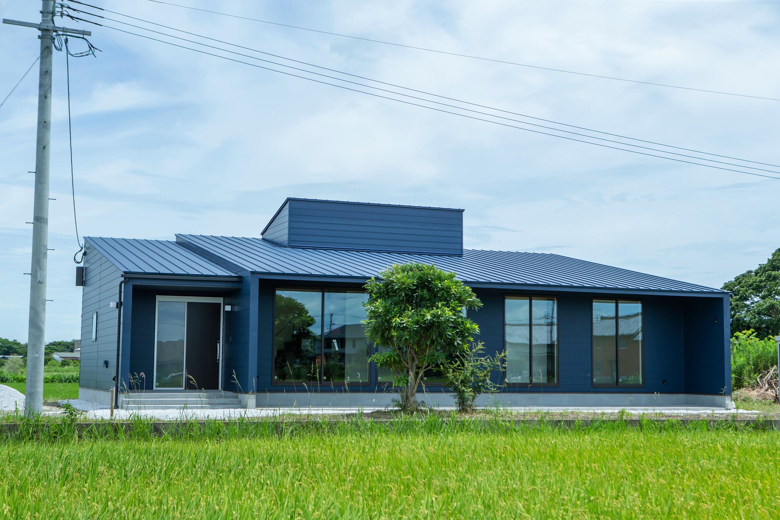 田園の中の青い平屋住宅の建築事例写真