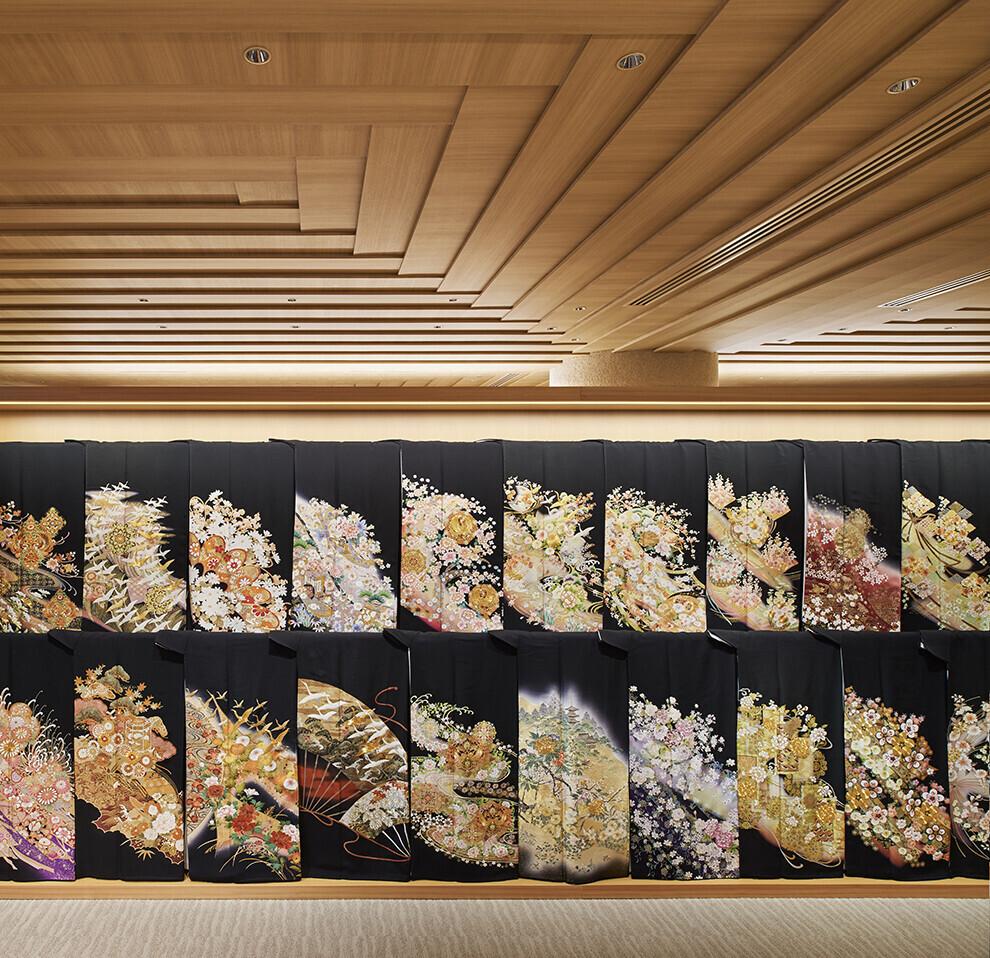 和服の襲(かさね)を表現した貸し衣裳店舗の建築事例写真