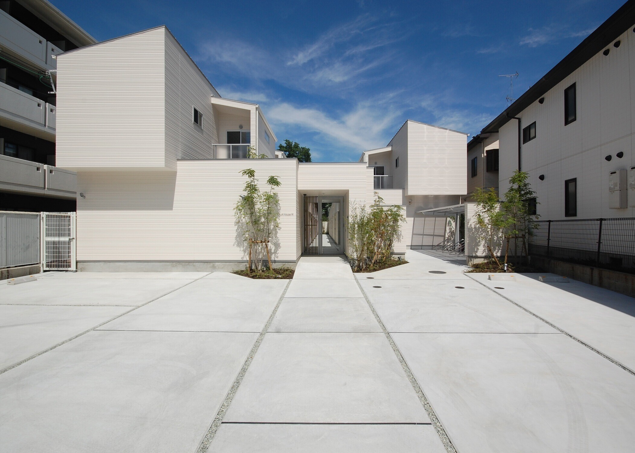 専用デッキテラスを持つメゾネットの集合住宅の建築事例写真