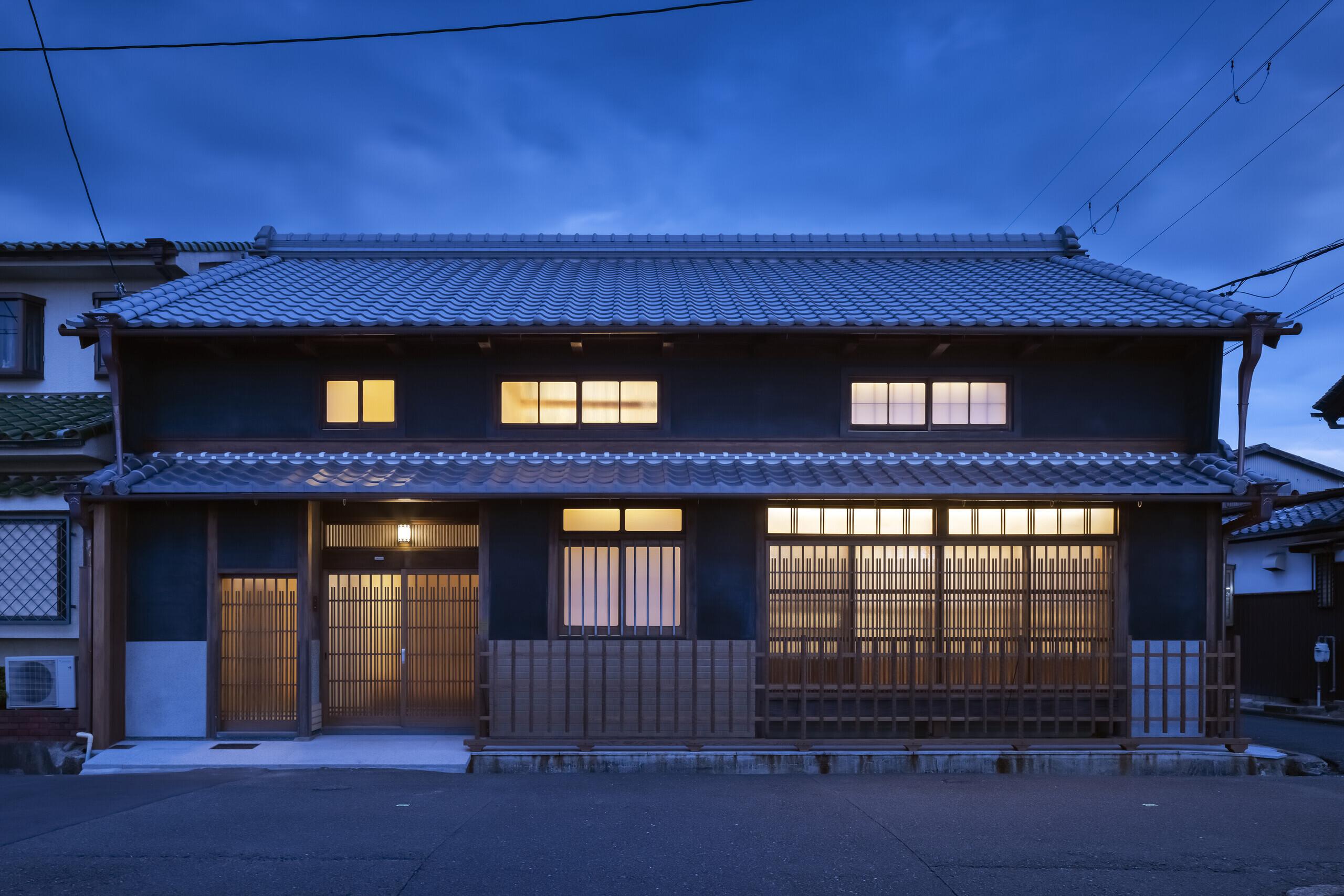 ファサード(夕景)建設当初のデザインで修景 玄関欄間のバルベット照明も当時のまま蘇りました. | 住み継がれる町屋|街並みの再生 奈良の家
