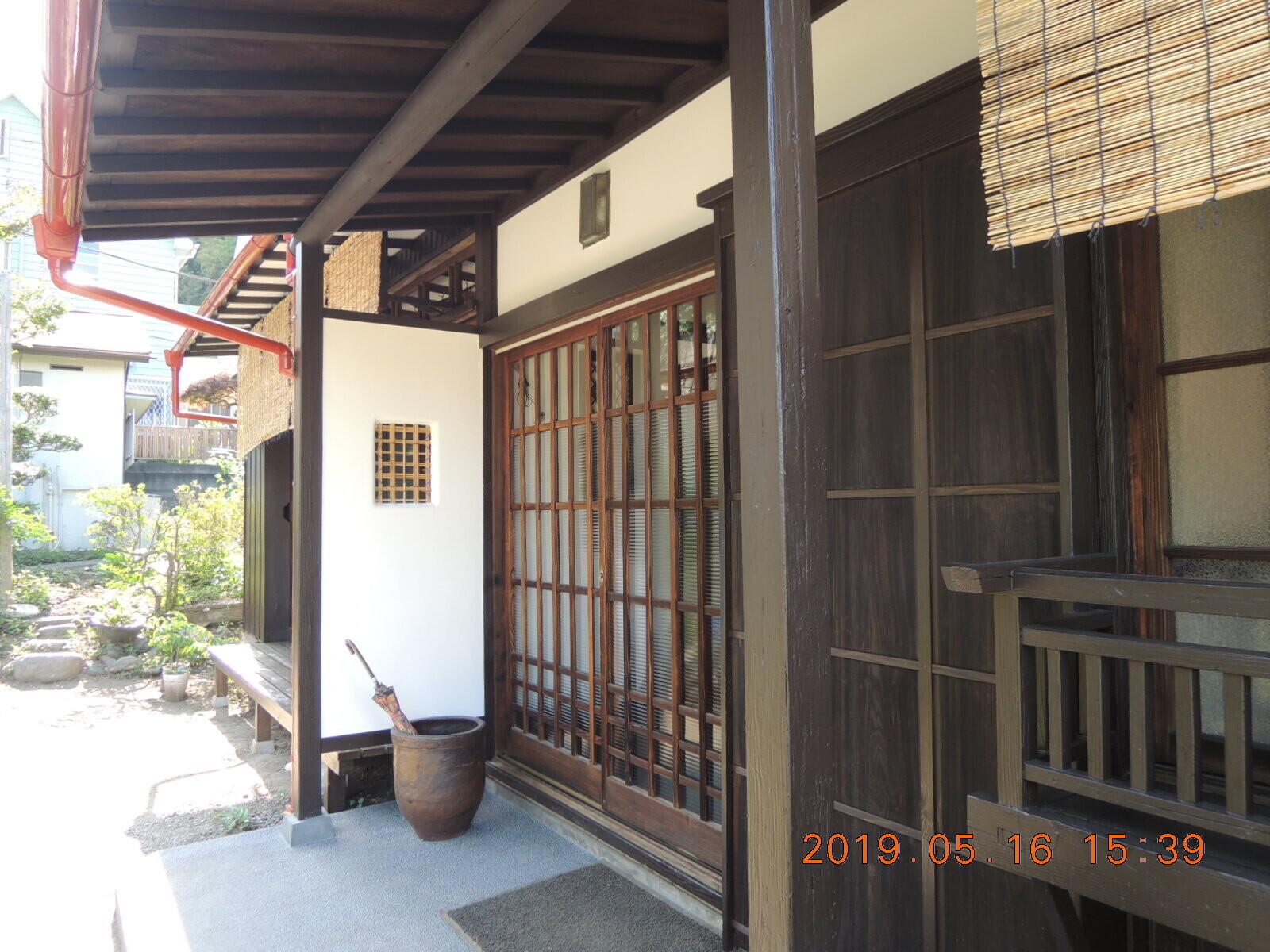 日本家屋の趣をそのまま残した、玄関。やはり木の玄関建具は、味わい深いものです。 | 築60年の民家をリフオームして、レンタルルームに