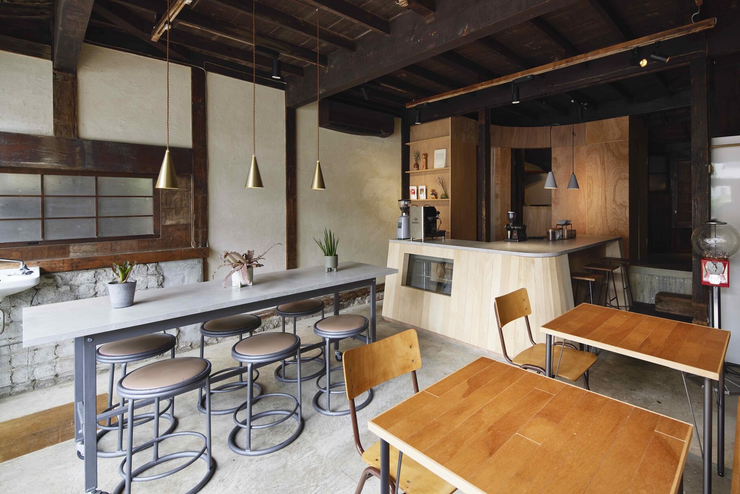 築100年の長屋を改修した飲食店の建築事例写真