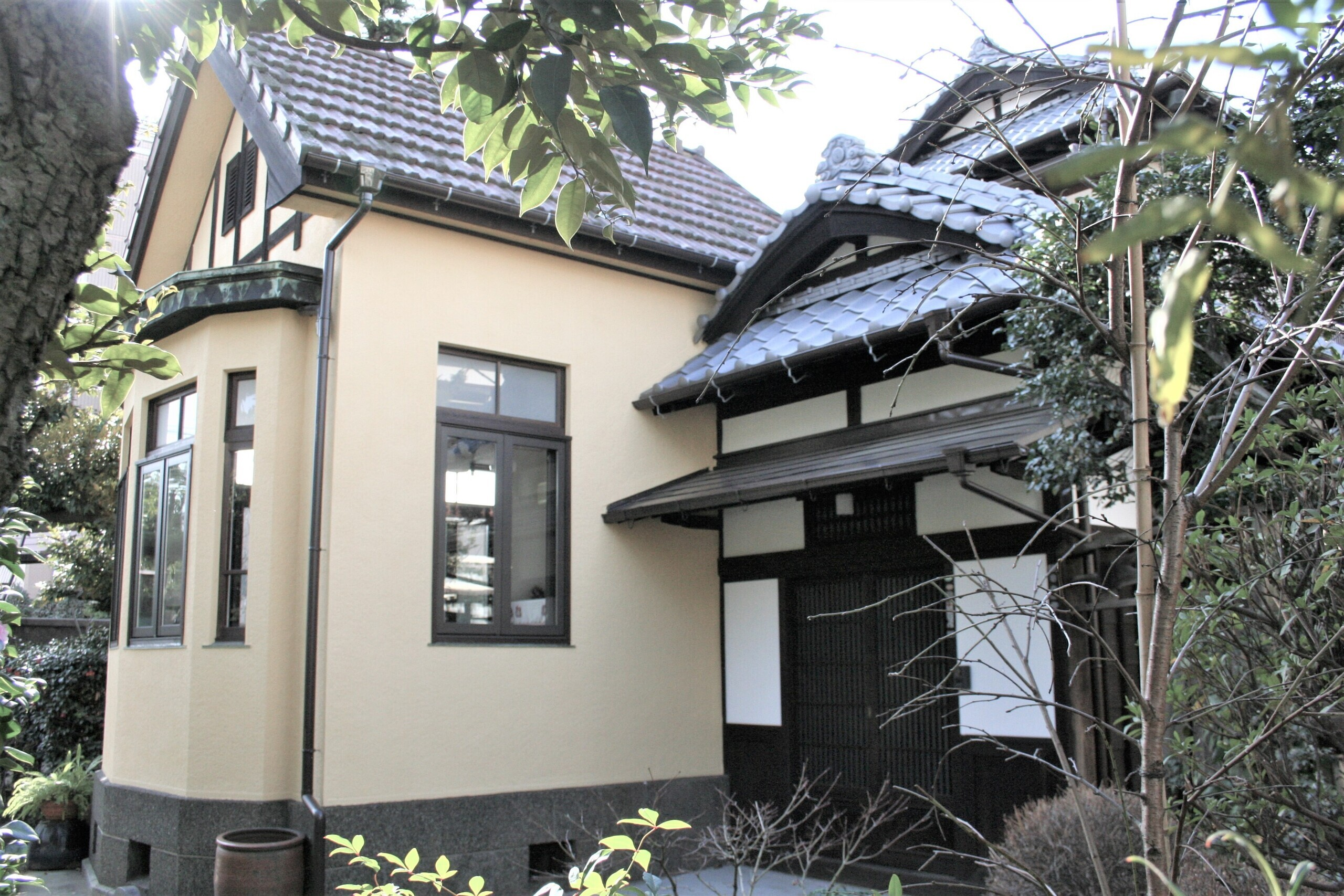 玄関わきに洋館のある外観   洋館付き日本家屋のリフォーム