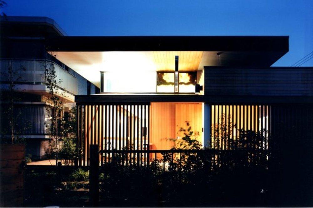 リビングの夕景 | 様々な屋根形態の家