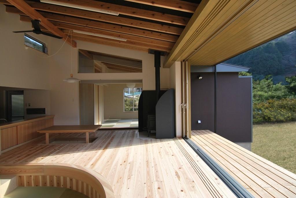 フルオープンなリビングは木の優しさを感じられるように床や天井の仕上げに自然の風合いの木を十分に使用し、緩やかな勾配の天井は木の魅力を十分引き出し、外部と繋がる開放的な空間となっています。   茶畑の家