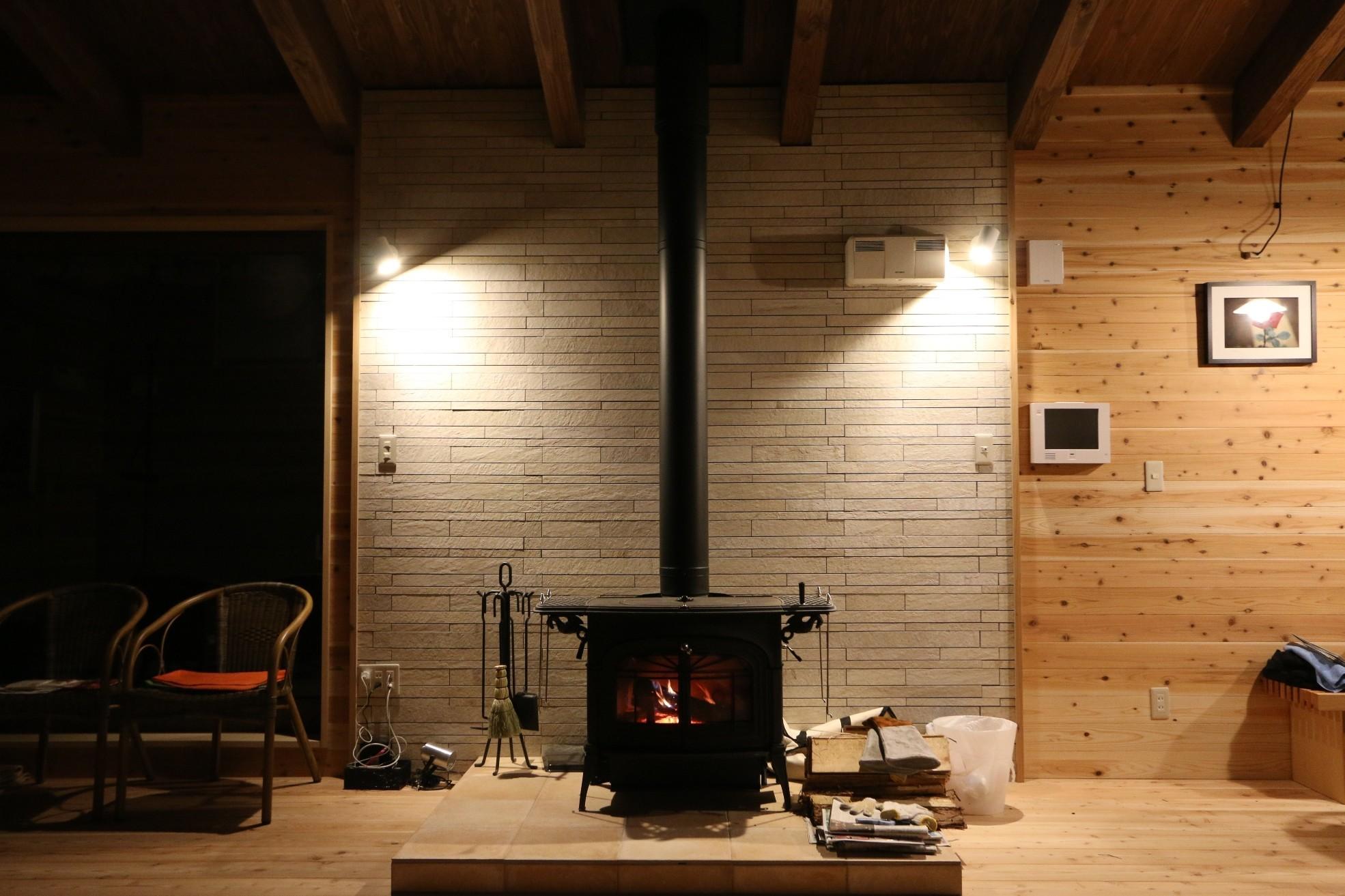 薪ストーブを住まいの主役としてデザインしました。 | 薪ストーブのある自然素材の別荘