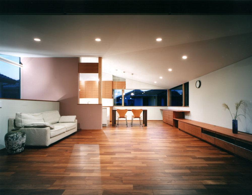 居間を見る。 | 森を望む家