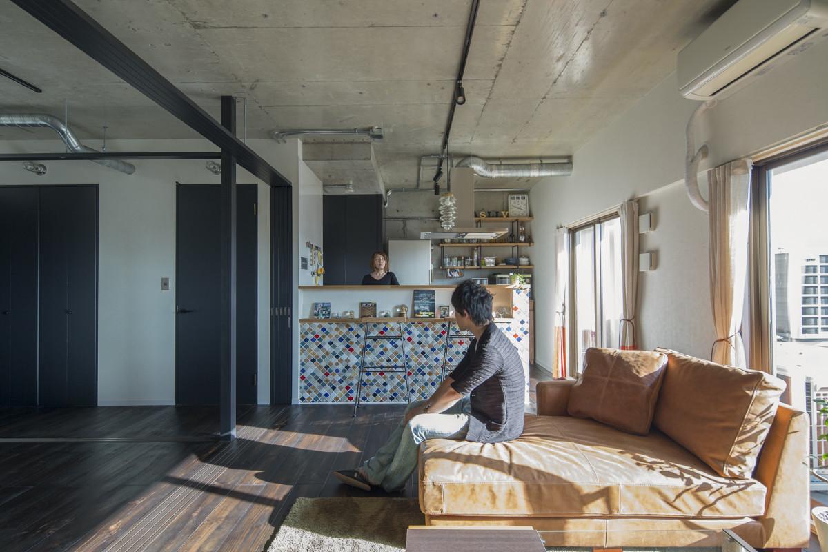 南向きの明るいリビング。リノベーションにあわせてキッチンは対面型に変更。 | 着替える家|気軽に間取りを替えられるマンションリノベーション