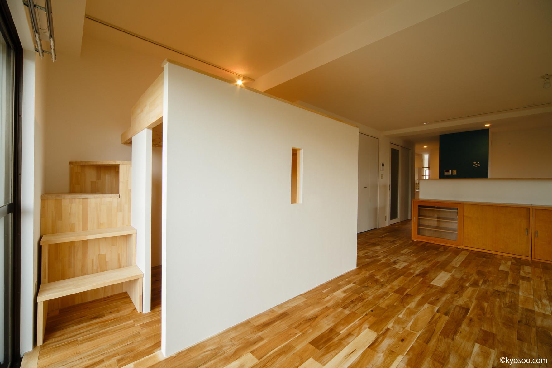 Living-Loft /  リビング内に、お子様のスペースをロフトの上下2層に製作しました。 下の内部は、お子様自ら選んだお色で水性塗装。階段の部分も収納に有効利用。お気に入りの空間となりました。    Ss-House